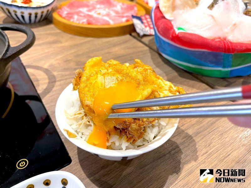 ▲店內的銷魂雞肉飯、日曬油蔥麵線、尬個炸蛋等台式家常料理也大受好評。(圖/記者黃仁杰攝)