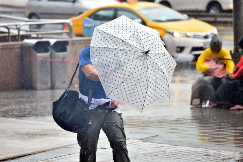 ▲中央氣象局今(14)日指出,受西南風影響,中南部降雨機率高,容易出現短暫陣雨或雷雨。至於大台北地區也有短延時強降雨、局部大雨甚至大雷雨發生的機率。(圖/NOWnews資料照片)