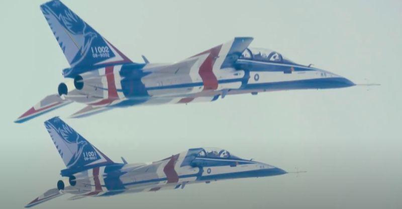 ▲國機國造的「勇鷹」高教機,雙機飛行測試。(圖/空軍司令部提供)