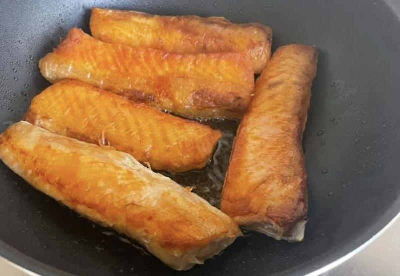 ▲網友分享自己煎鮭魚時,都會有一堆油被逼出來,好奇詢問該如何處理這些油脂。(圖/家常菜)