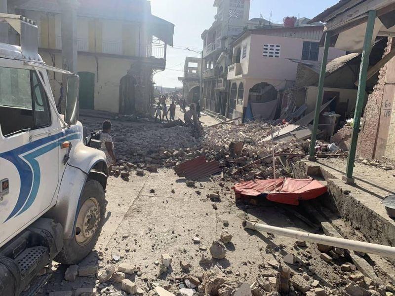 海地強震304死 生還者:我兩條腿現在還在抖
