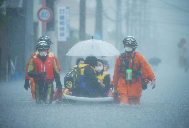 ▲日本九州到東北地方的大範圍地區受到鋒面滯留影響降下大雨,救援人員緊急展開搜救作業。(圖/美聯社/達志影像)