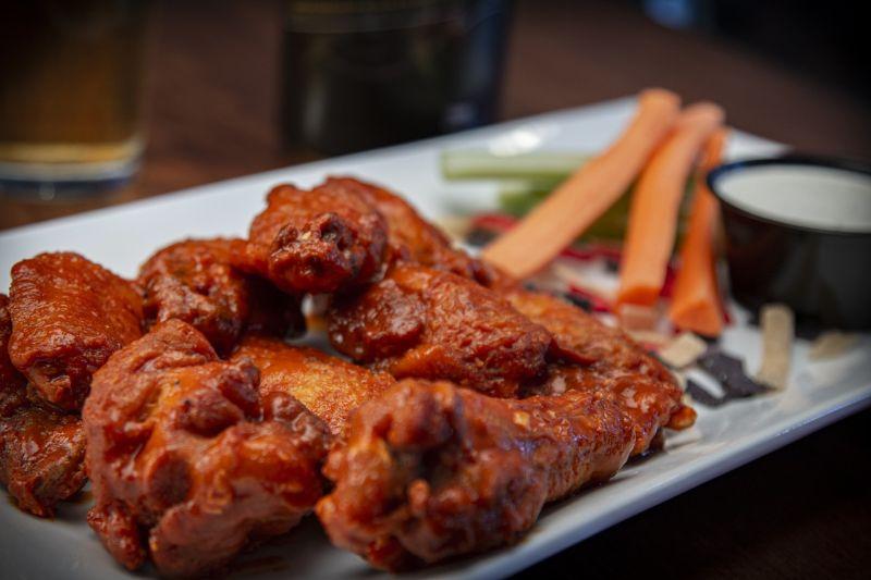 ▲有常客點出了雞翅只賣10元的關鍵差別在於,「肉類都是愈有彈性的愈新鮮,愈軟愈粉的愈便宜,貴的先去吃一輪打底,再木舌吃也會變成專家」。(示意圖/翻攝自Pixabay)