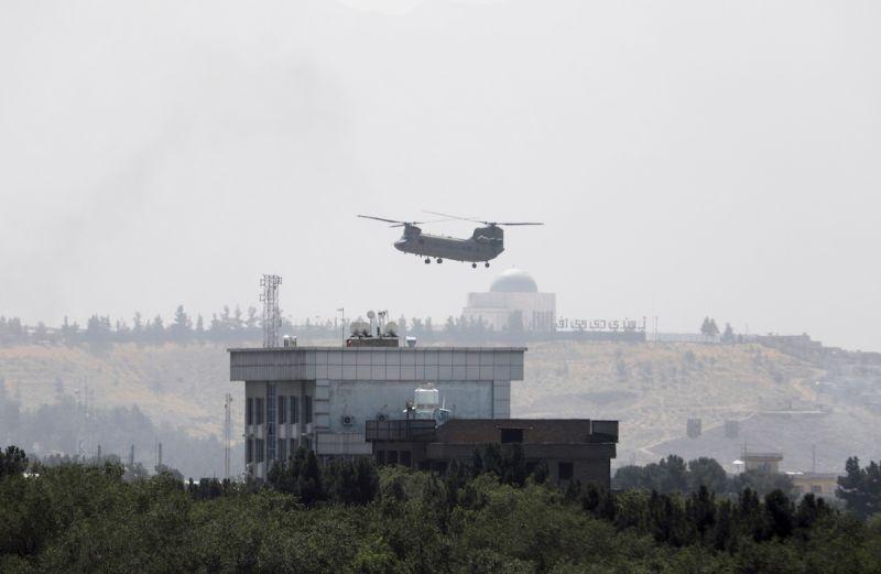 ▲華府官員指出,美國阿富汗使館今天降旗,喀布爾使館內的職員幾乎已全數重新安置至機場。圖為美軍直升機15日在美駐喀布爾大使館上空。(圖/美聯社/達志影像)