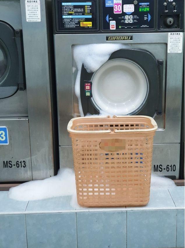 ▲網友驚見洗衣機冒出許多泡沫。(圖/翻攝爆廢公社公開版臉書)