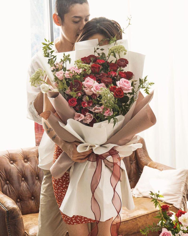 ▲陳艾琳(前)七夕手拿玫瑰花與老公同框。(圖/陳艾琳IG)