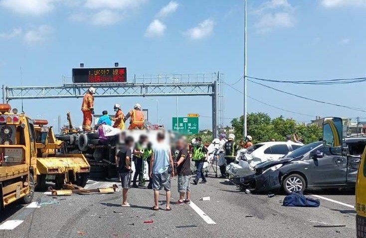 ▲國道2號西向1.8公里,今天上午發生8部車連環撞的車禍事故。(圖/國道警察提供)