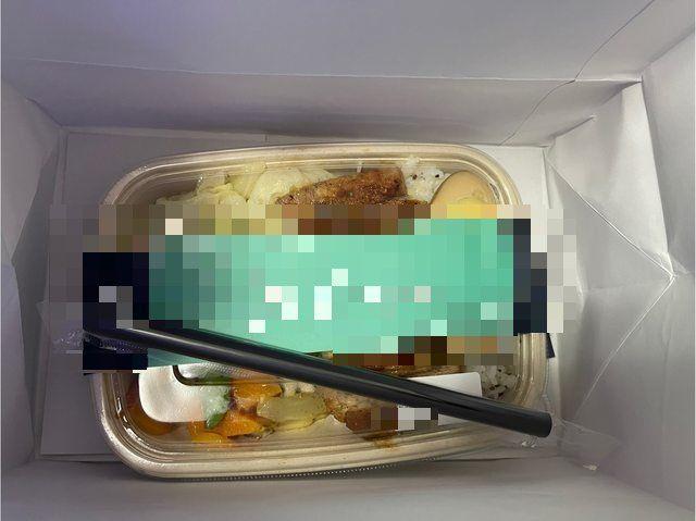 ▲網友叫外送便當收到「1支吸管」當餐具,貼文曝光引發熱議。(圖/翻攝自PTT)