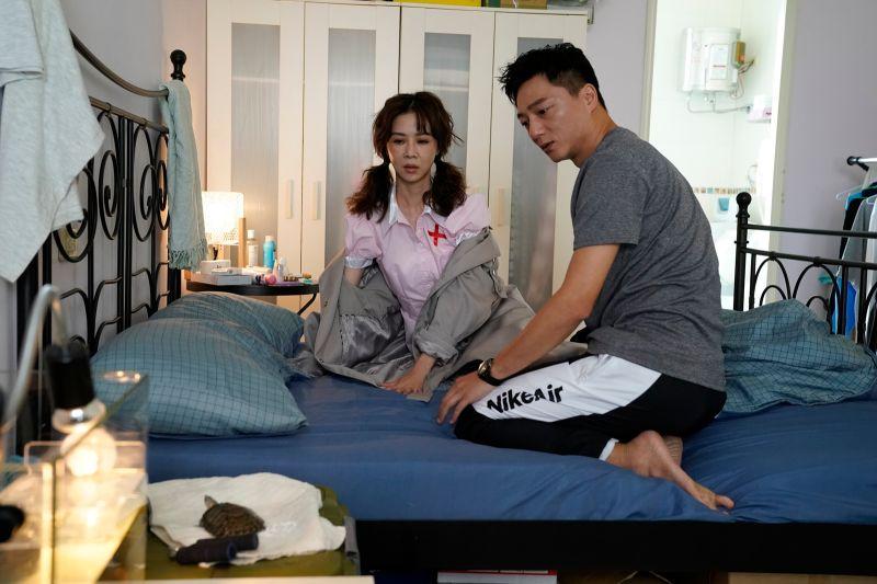 ▲藍葦華(右)、謝盈萱上演角色扮演。(圖/華視、CATCHPLAY提供)