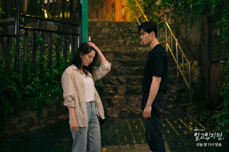 ▲劇中,宋江(右)跟韓韶禧提出交往,得不到回應而攻擊女生。(圖/JTBC DRAMA臉書)