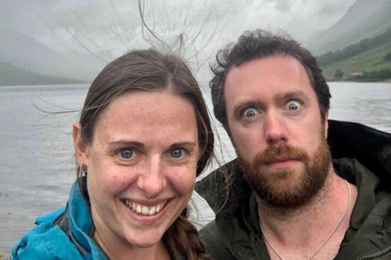 ▲蘇格蘭一對情侶在戶外自拍,發現自己頭髮異常地直直豎起。(圖/翻攝自《Edinburghlive》)