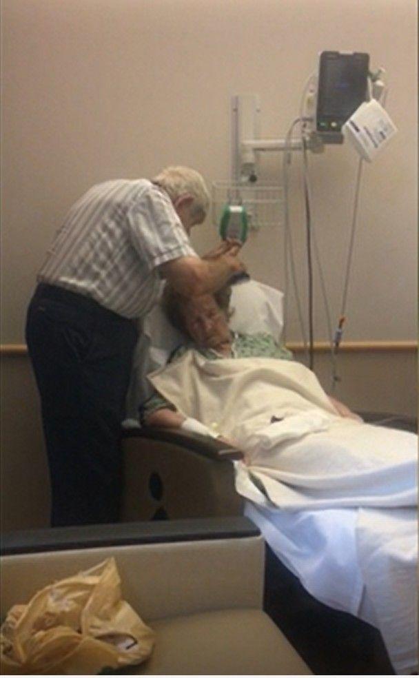 ▲影片中,丈夫山姆很有耐心地幫妻子內莉梳頭,並且與她聊天。(圖/AP美聯社&Jukin