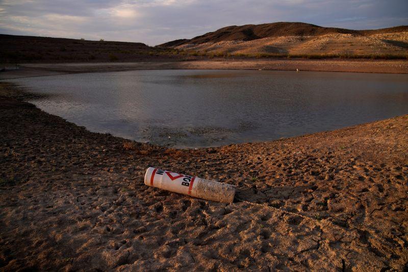 ▲供應美國西部數以千萬計人民生用水的大型水庫米德湖(Lake Mead)目前水位只剩1/3,官員今天首次正式宣布米德湖缺水,西南部部分乾旱地區將減供因應。(圖/美聯社/達志影像)