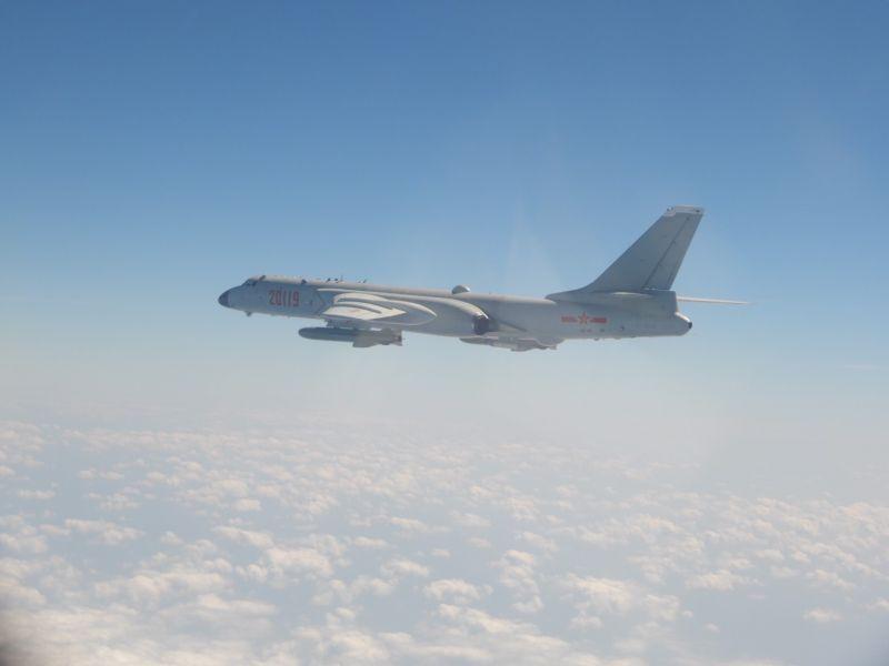 ▲國防部表示,今(5)日共有19架次共機闖我西南空域。圖為共軍轟-6戰機。(圖/國防部提供)