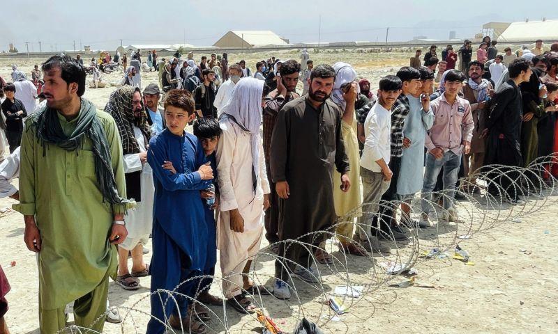 ▲阿富汗淪陷,大批民眾湧入當地機場。(圖/美聯社/達志影像)