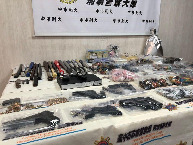 ▲台中市警局查扣大批毒品、各式毒品與武器(圖/記者鄧力軍攝)