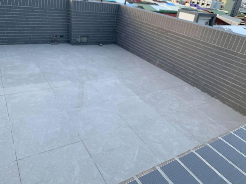 ▲網友家的頂樓戶外地板鋪上磁磚。(圖/翻攝自《買房知識家(A你的Q)》臉書)