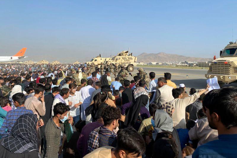 ▲不少阿富汗民眾擠在喀布爾機場,希望能逃離塔利班掌權的國家。(圖/美聯社/達志影像)