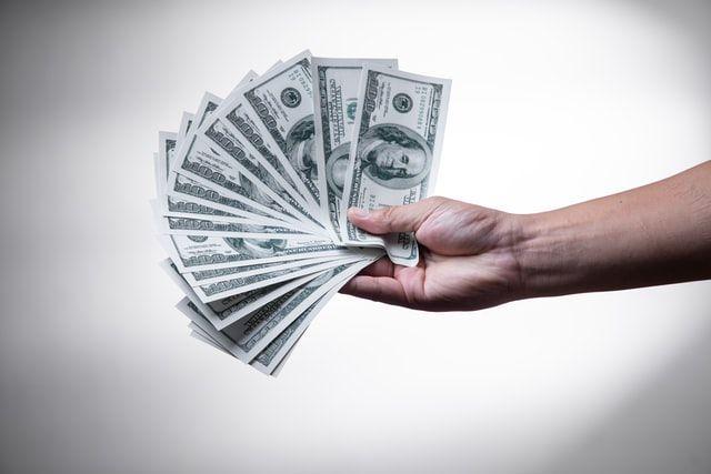 ▲要借同事錢嗎?他掙扎是否要幫忙,網友苦勸「先不要」。(示意圖/翻攝自UPSPLASH)