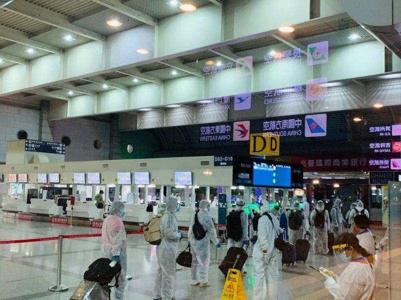 ▲外交部協助印尼籍船員返國。在高雄小港國際機場等候搭機。(圖/外交部提供)