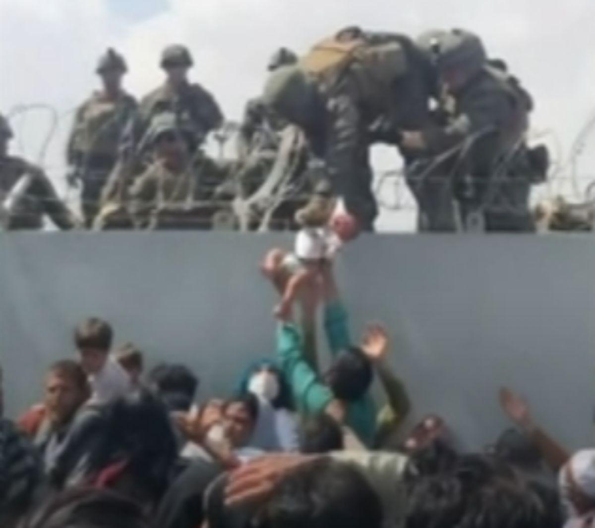 喀布爾機場被美軍一把接過女嬰 在美與家人團圓