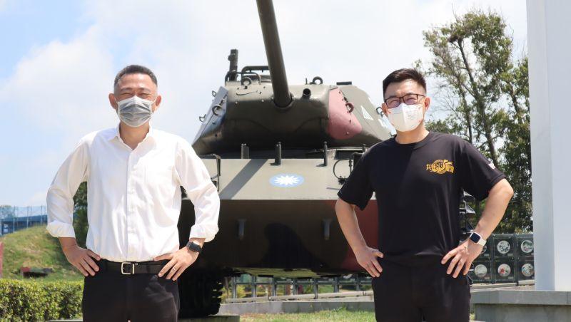 ▲爭取連任的國民黨主席江啟臣(右),選在823砲戰紀念日的前一天前往金門。(圖/江啟臣辦公室提供)