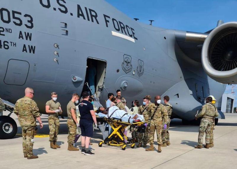 ▲美軍21日協助在撤離軍機上生產的阿富汗婦人下機,並將母嬰送醫。(圖/翻攝自Air Mobility Command推特)