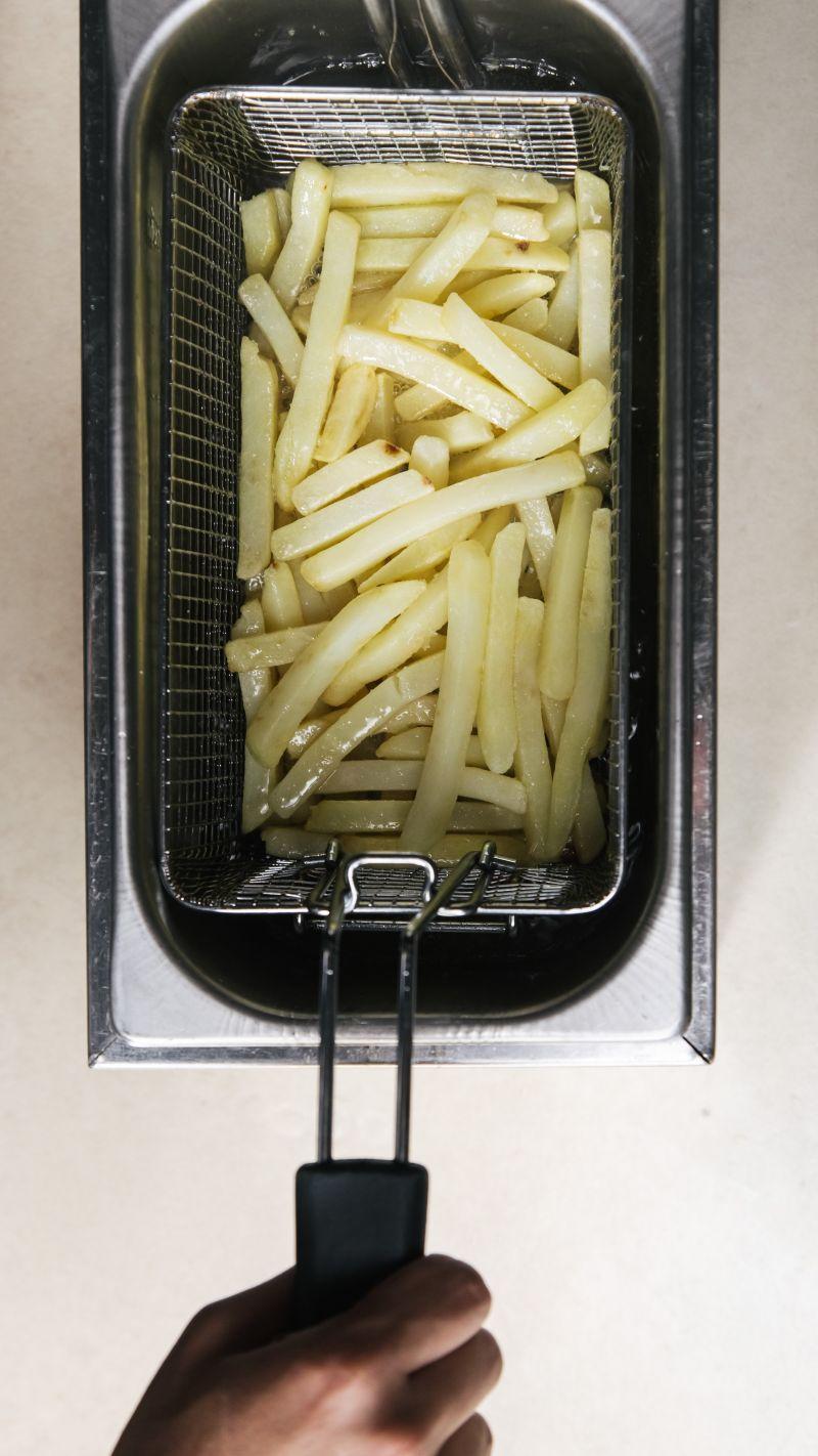 ▲在家炸薯條,起鍋不久就軟掉,原因與油溫以及手法有關。(圖/翻攝Pexels)