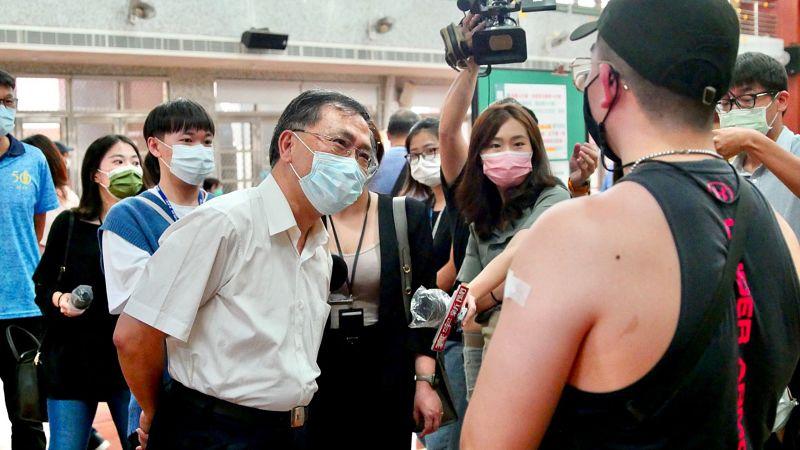 ▲高端疫苗開打第一天,台北市副市長蔡炳坤23日上午前往視察疫苗施打狀況。(圖/台北市政府提供)