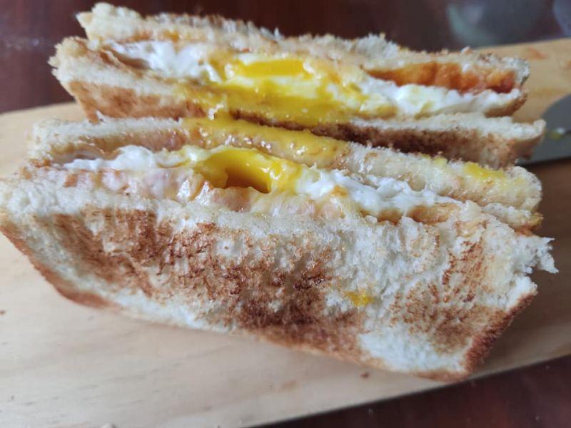 ▲原PO的煎蛋表皮金黃酥脆,一切開裡面竟還是半熟蛋黃。(圖/翻攝自《廚藝公社》)