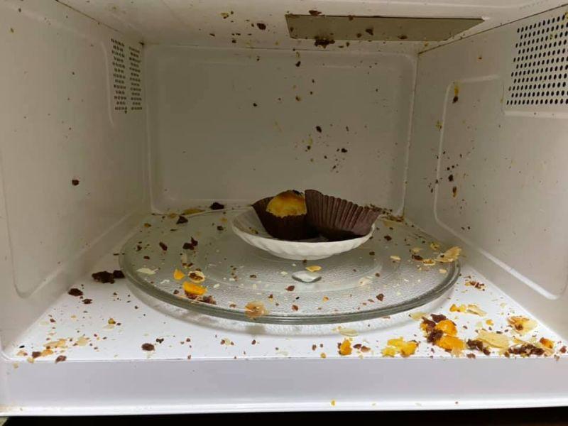 ▲蛋黃酥在微波加熱的過程中,被炸的體無完膚。(圖/翻攝《爆廢公社公開版》)