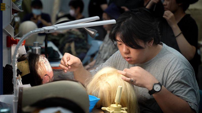 ▲《臺灣三部曲》劇組每根頭髮費工製作髮型頭套。(圖/米倉影業)