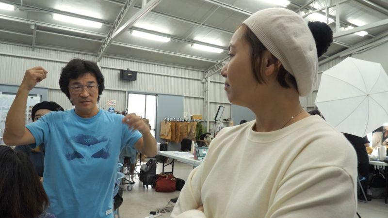 ▲魏德聖(左)和造型指導林欣宜討論。(圖/米倉影業)