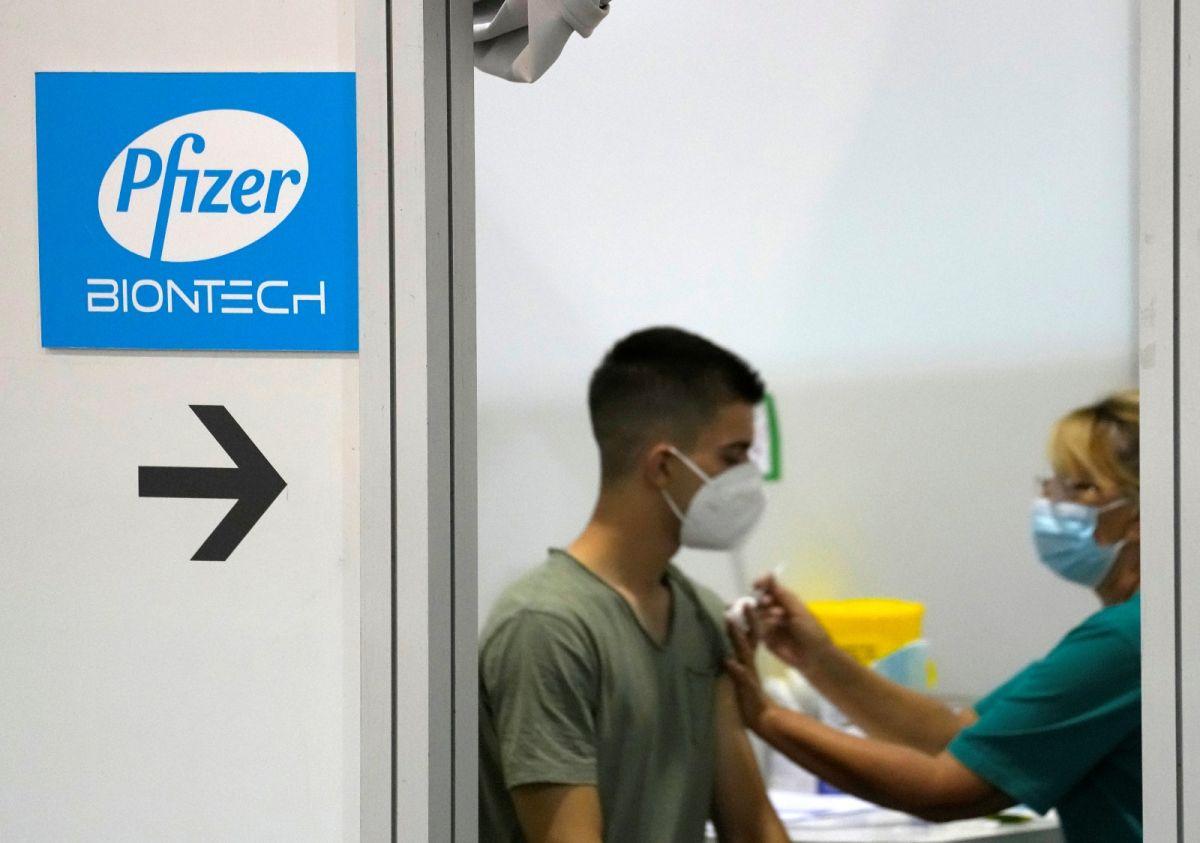 ▲完整接種兩劑輝瑞(Pfizer)疫苗所形成的免疫防護力在大約兩個月後就會下降,不過對於重症、住院和死亡的防護力還是很強。示意圖。(圖/美聯社/達志影像)