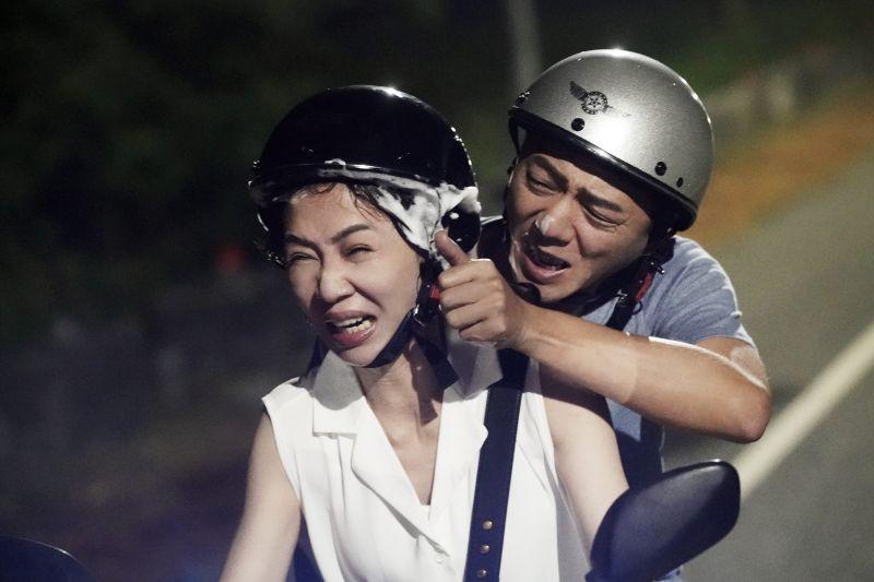 ▲謝盈萱(左)、藍葦華「中年蜜戀」創收視新高。(圖/華視、CATCHPLAY提供)