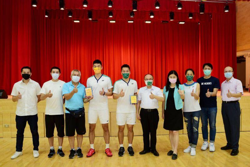 ▲李洋、王齊麟回到母校中山國中,獲頒傑出校友。(圖/北極熊羽球提供)
