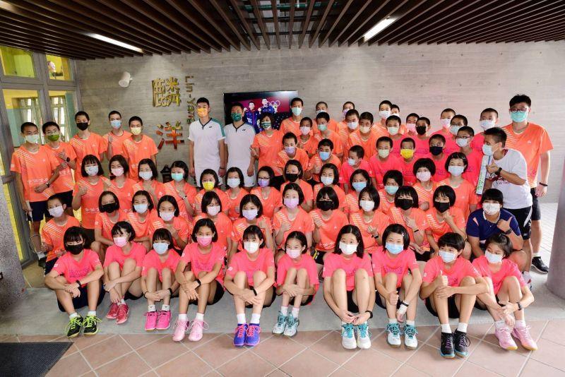 ▲李洋、王齊麟回到母校,捐贈205打羽球給學弟妹使用。(圖/北極熊羽球提供)