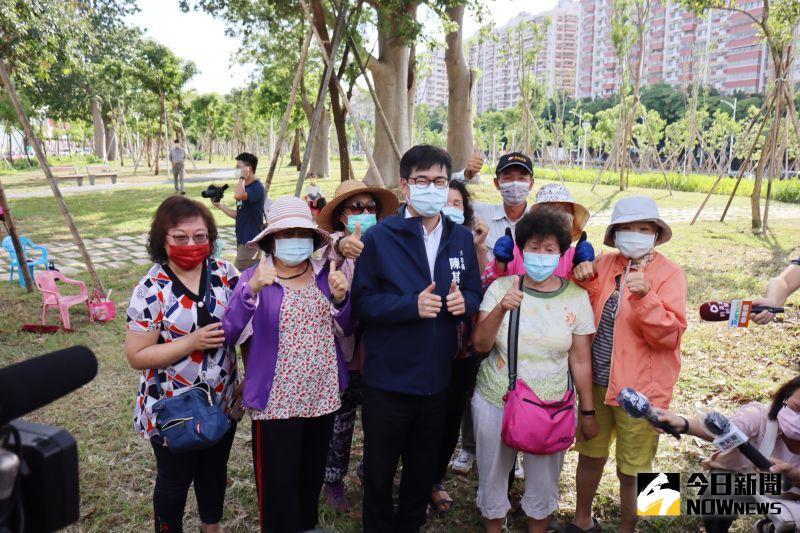 ▲市長陳其邁和婆婆媽媽們談天拍照搏感情。(圖/記者鄭婷襄攝,2021.08.24)