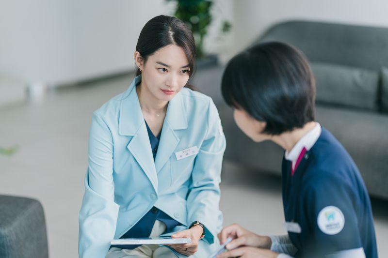 ▲申敏兒劇中飾演牙醫師。(圖/Netflix)
