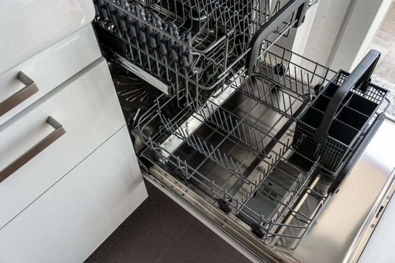 ▲有網友指出,「洗碗機」跟「廚餘機」的價位都是2萬元左右,因此猶豫該先買哪一個?(示意圖/翻攝自pexels)