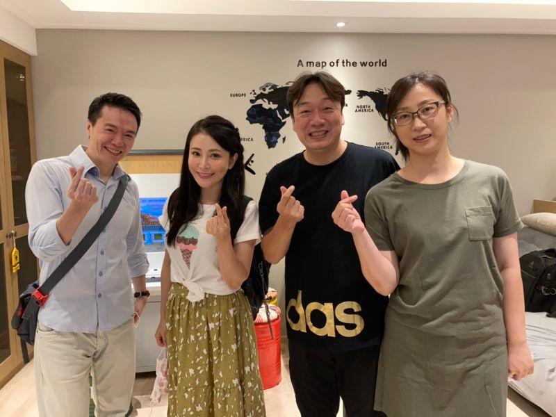 ▲吳鈴山(左一)、德馨(左二)光臨粉絲家。(圖/大愛)