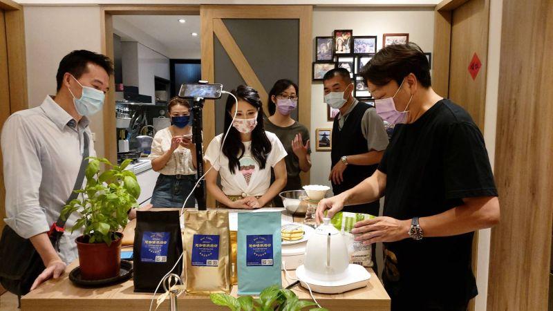 ▲吳鈴山(左一)、德馨(左三)直播秀廚藝。(圖/大愛)