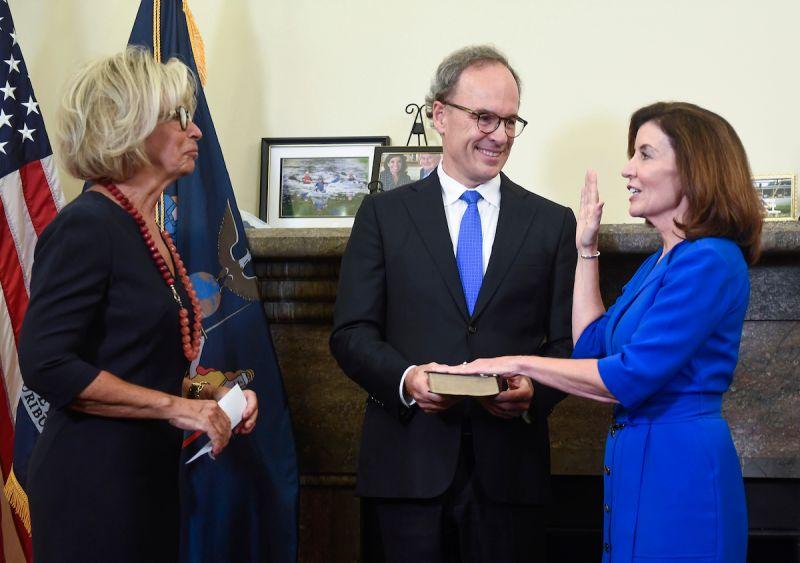 ▲曾任聯邦眾議員的侯可(右)24日宣誓就任,成為紐約州歷來首位女性州長。(圖/美聯社/達志影像)