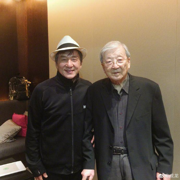 ▲成龍(左)20日貼合照悼念恩師李行。(圖/成龍微博)