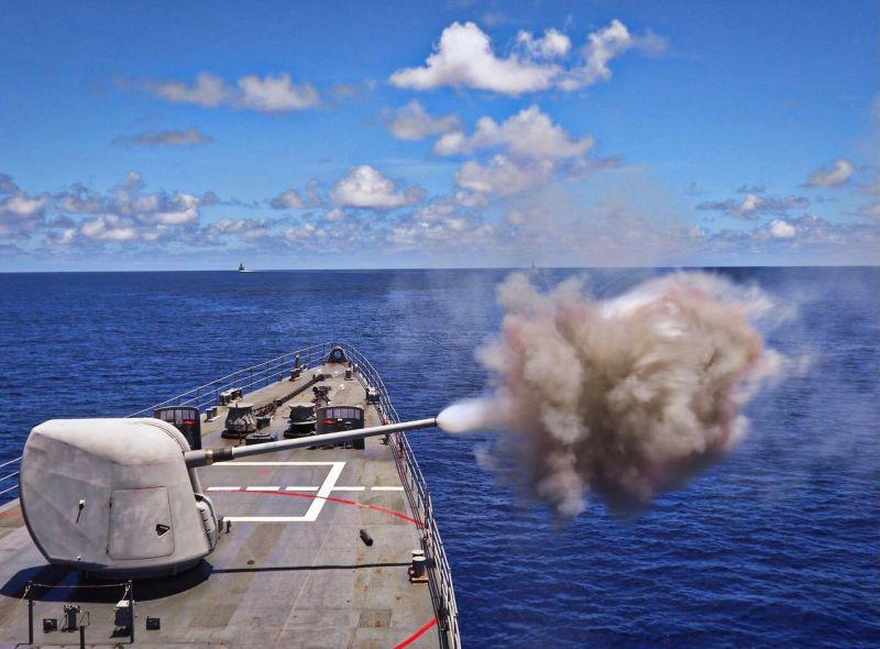 ▲海軍紀德艦上127公釐MK45艦砲實彈射擊。(圖/中華民國海軍艦隊指揮部臉書粉絲團)