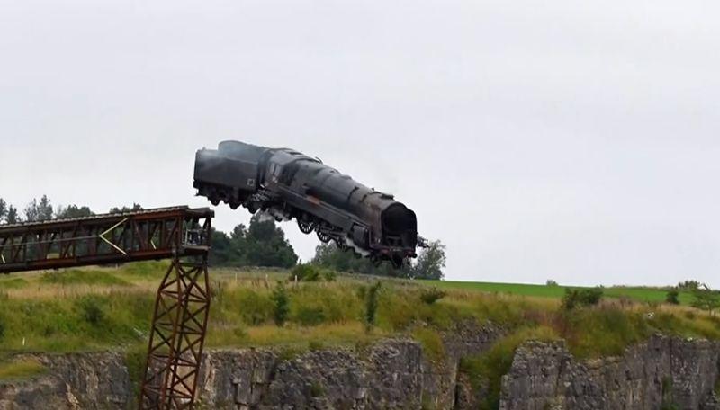 ▲《不可能的任務7》拍攝過程的驚險畫面流出,火車真的衝出懸崖讓大家驚呼連連。(圖/美聯社AP/Richard Bowring via Storyful)