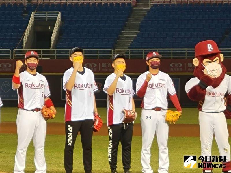 ▲東京奧運羽球男雙金牌得主李洋和王齊麟,來到桃園棒球場開球。(圖/黃建霖攝)