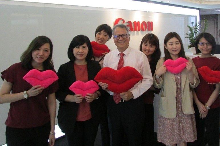 ▲台灣佳能資訊總裁蘇惠璋與Canon員工 (拍攝時間為疫情之前) 。(圖 / Canon)