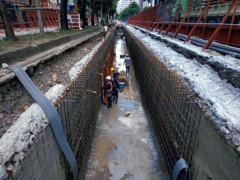 ▲輕軌工程正加緊施工,C17-C20持續進行站體包板、泥作與鋪磚等工程。(圖/高市府捷運局提供)