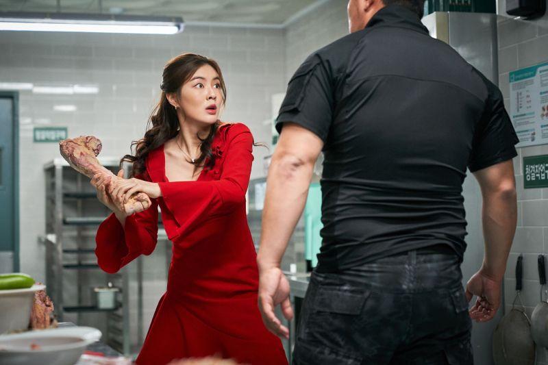 ▲李先彬(左)片中拿骨頭砍人。(圖/威視電影)